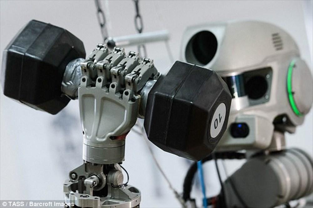 【運転・拳銃も使用可能】ロシアの宇宙用ロボ「FEDOR」がどう見ても戦闘マシーン