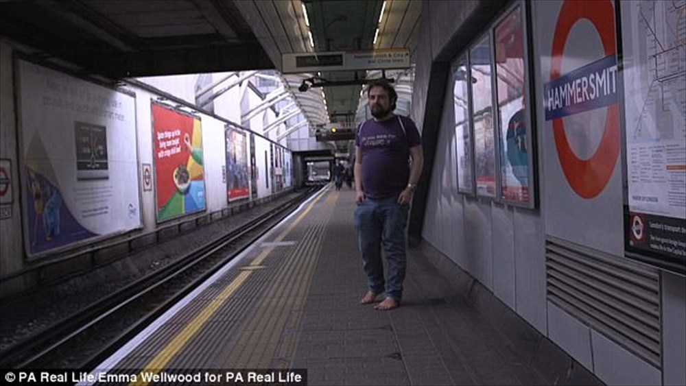 【足クサからの解放】 足の臭いに悩んだ英国紳士、4年前から裸足で生活する