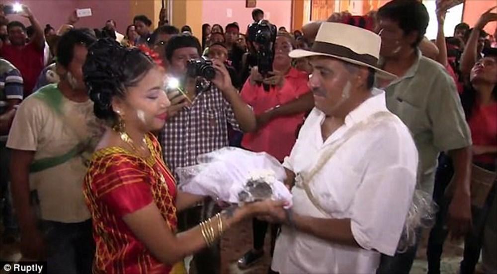 【念のため口輪装着】メキシコの市長、クロコダイルと結婚する
