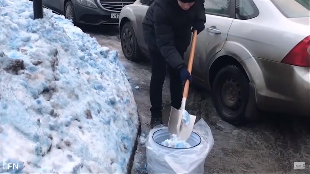 大気中の有毒化学物質が原因か? ロシアで青い雪が降る